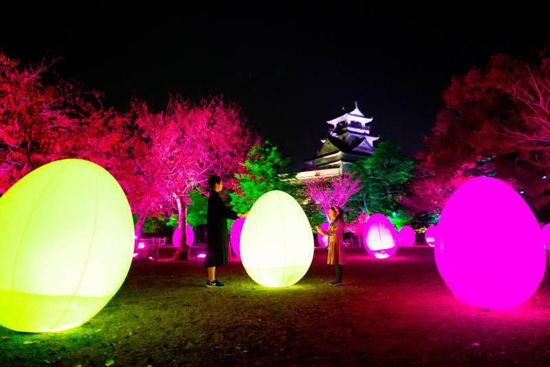 チームラボが、日本三大夜城の高知城を、人々の存在によって変化するインタラクティブな光のアート空間に。高知にゆかりのある歴史上の人物が登場する作品もも展示。11月22日〜 2019年1月6日。